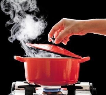 鍋の蓋を取る